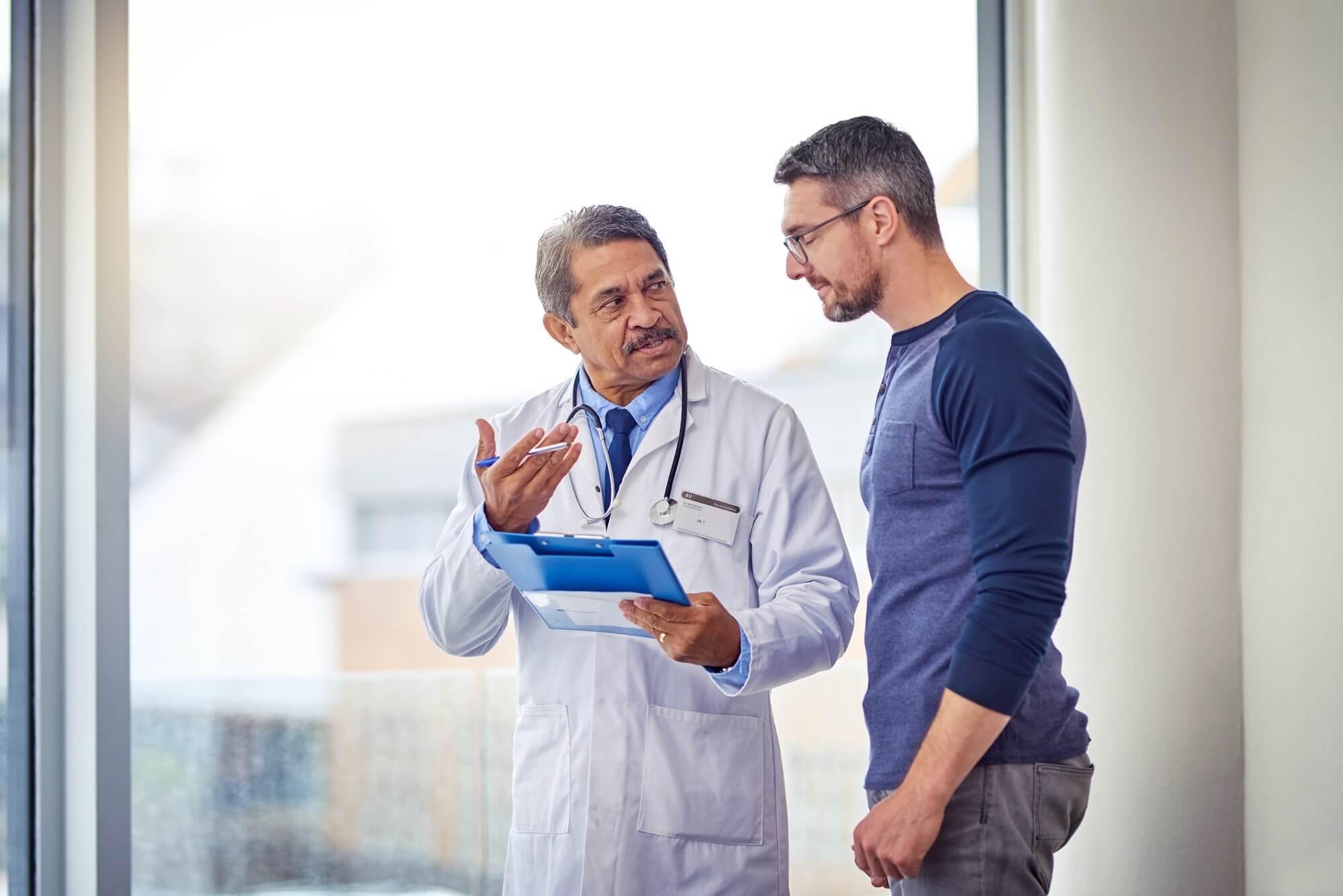foto de doutor aconselhando seu paciente | Você sabe o que é pênis embutido?