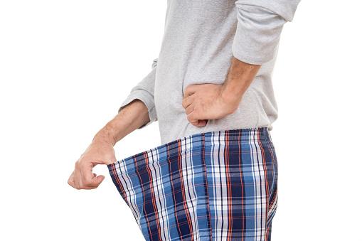 Homem olhando as partes íntimas pelo calção | Indicações para a cirurgia estética genital