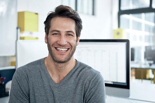 Homem sorrindo | Pênis pequeno: as principais doenças que interferem no tamanho do órgão sexual