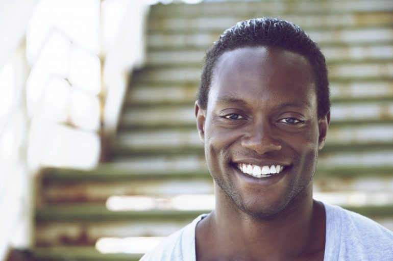 Homem sorrindo | O que são as pápulas peroláceas penianas?