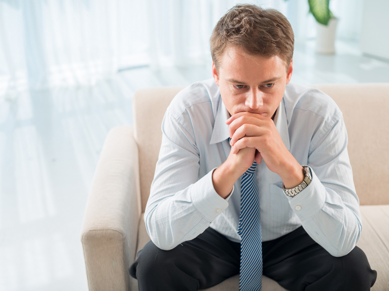 Homem preocupado com a mão no queixo | Indicações para a prótese testicular