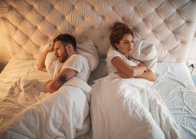 Casal brigado na cama | Tratamentos para a doença de Peyronie