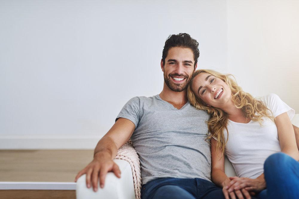 Casal sentado e sorrindo | Tudo sobre gonorreia