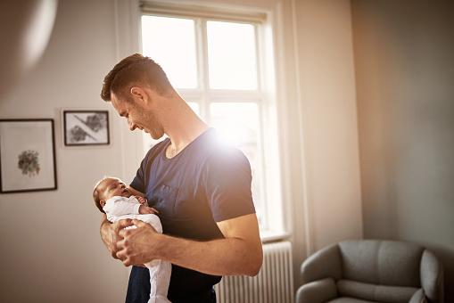Homem com bebê no colo | Entenda a hidrocele