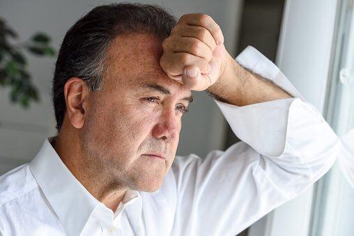 Homem preocupado | Causas para a estenose uretral
