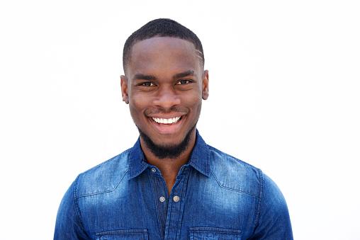 Homem sorrindo | Glândulas de Tyson e HPV: há relação entre ambas?