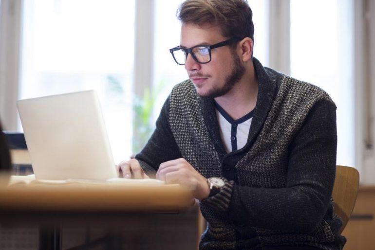 Homem fazendo pesquisa no notebook | Prostatite: sintomas e tratamento