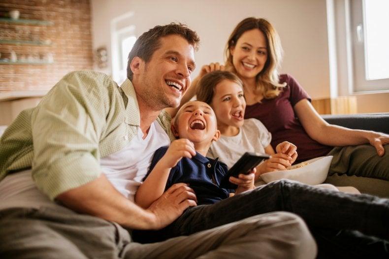 Homem, menino, menina e mulher sorrindo e abraçados | Entenda tudo sobre a estenose uretral