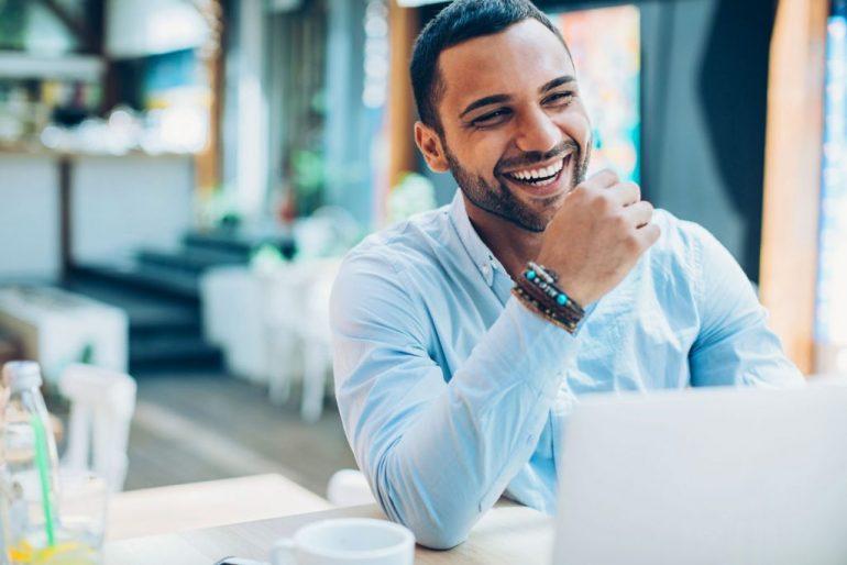 Homem sorrindo   As principais dúvidas sobre a vasectomia