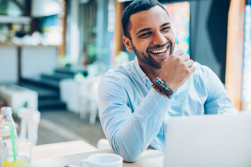 Homem sorrindo | As principais dúvidas sobre a vasectomia