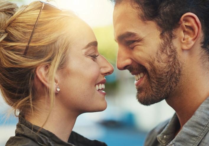 Mulher e homem se olhando e sorrindo | Entenda melhor a disfunção erétil