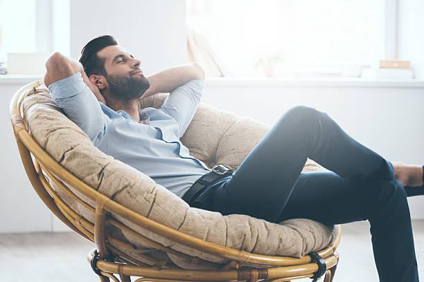 Homem relaxado na cadeira | Uretrostomia perineal - Mitos e verdades