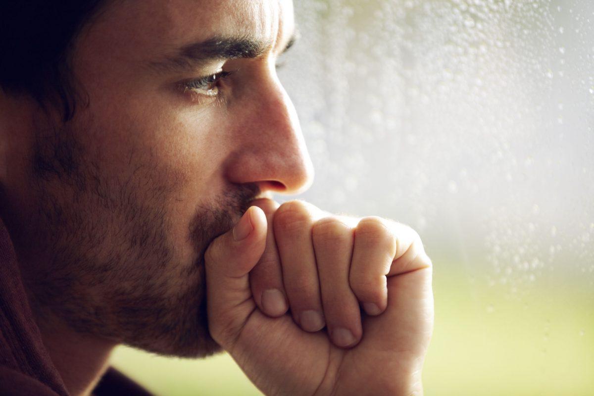 Homem jovem pensativo | Quais são as doenças do pênis mais comuns?
