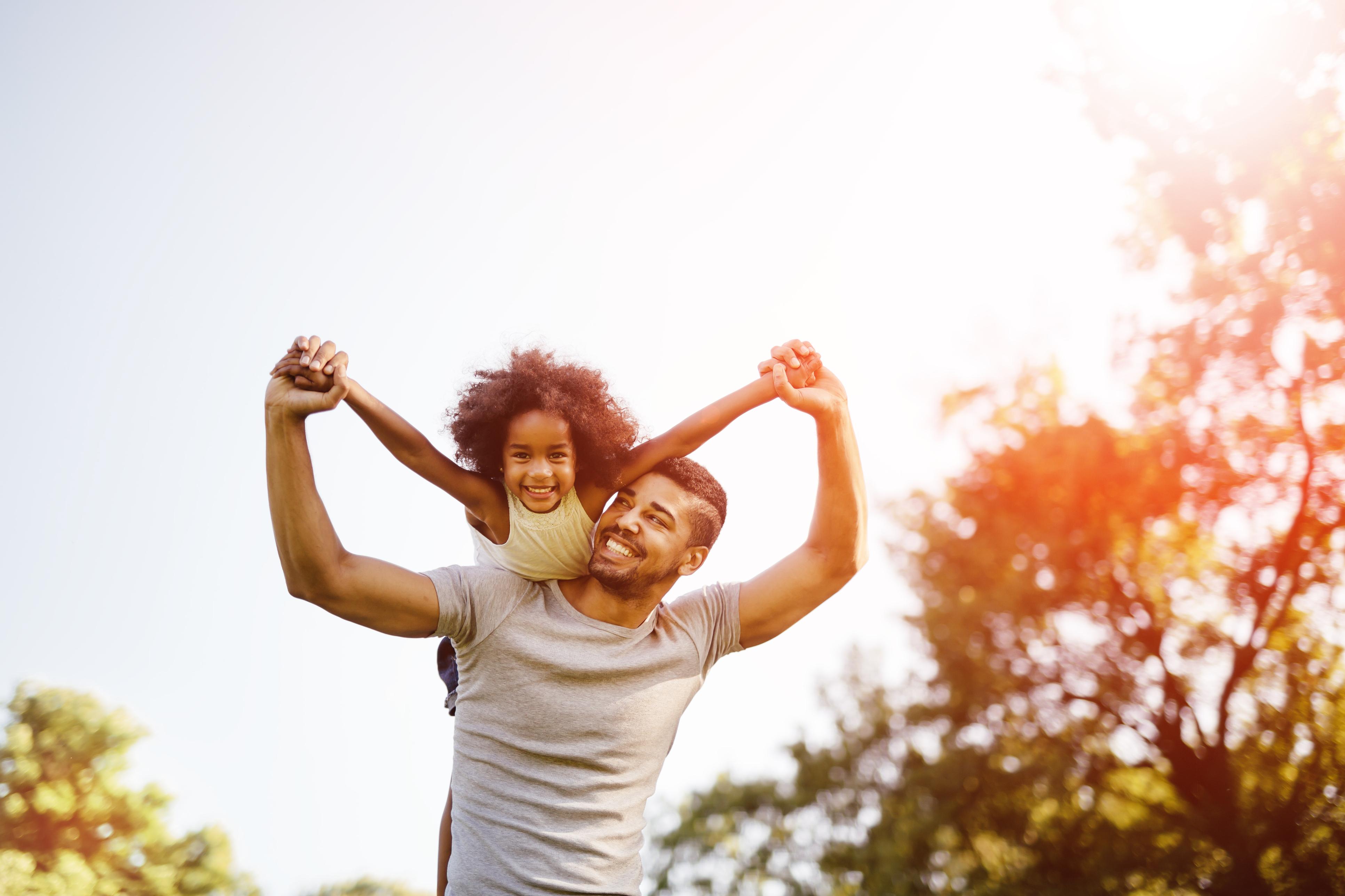 Pai carregando a filha no ombro | A vasectomia como planejamento familiar