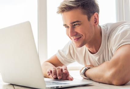 Homem jovem usando o notebook | Descubra os benefícios e indicações da circuncisão