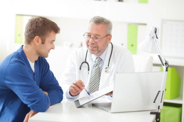 Homem sendo atendido por médico | Doença de Peyronie