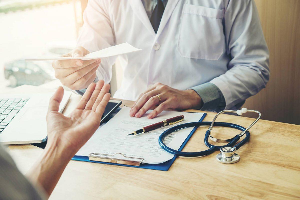 Homem recebe diagnóstico de médico | Prótese de testículos