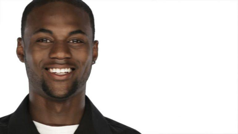 Homem negro sorrindo em fundo branco