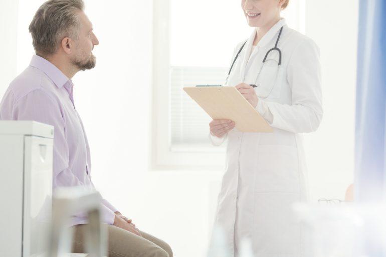 Médica urologista conversando com paciente | O que é Herpes Genital?