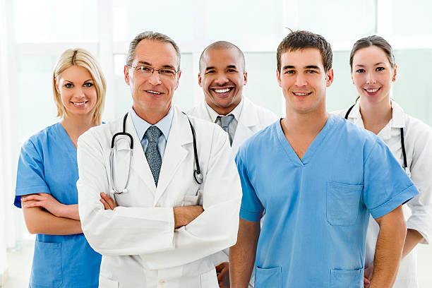 Médicos juntos em uma foto | Qual a diferença entre nefrologista e urologista?