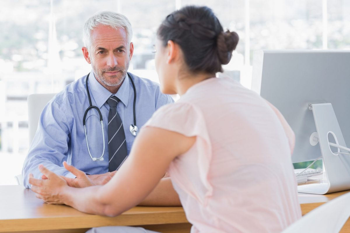 foto de doutor ouvindo paciente mulher | Redução do clitóris: é possível?