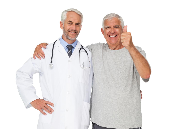 imagem de doutor sorrindo e paciente satisfeito | Urologia reconstrutora genital: como encontrar o profissional certo?