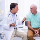 imagem de doutor explicando ao paciente no consultório | Urologia reconstrutora: o que é?