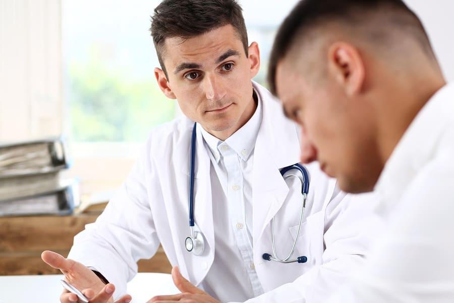 Imagem de paciente ouvindo conselho de doutor | Reimplante de próteses penianas: uma cirurgia desafiadora