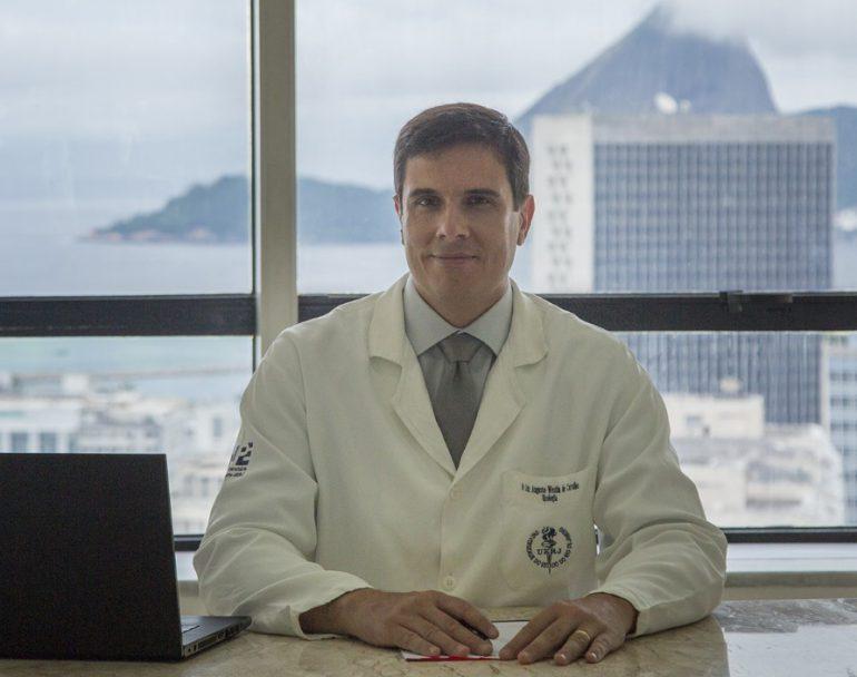 Dr. Luiz Ausugto Westin em seu consultório